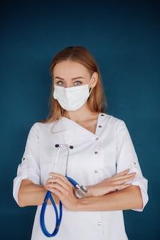 Mooie kaukasische blonde vrouw die artsenstethoscoop draagt