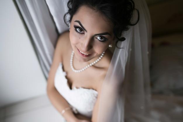 Mooie kaukasische bruid die zich klaarmaakt