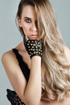 Mooie kaukasische vrouw met zeer lang haar en blauwe ogen.