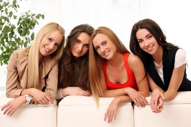 Mooie kaukasische vrouwen die thuis stellen
