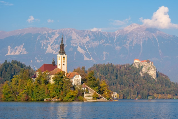 Mooie kerk in midden van sloveens afgetapt meer, slovenië