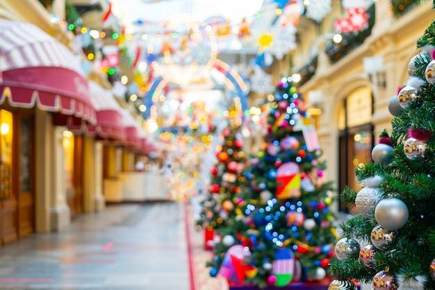 Mooie kerst achtergrond. kerstboom versierd met speelgoed, lichten en klatergoud.