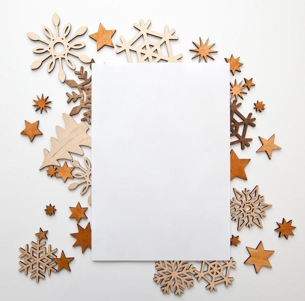 Mooie kerst achtergrond met veel kleine houten decoraties op het witte bureau.