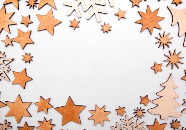 Mooie kerst achtergrond met veel kleine houten decoraties op het witte houten bureau.