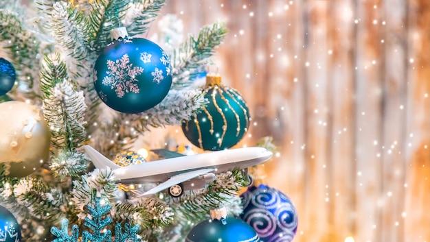 Mooie kerst ornamenten met sneeuw en vliegtuig
