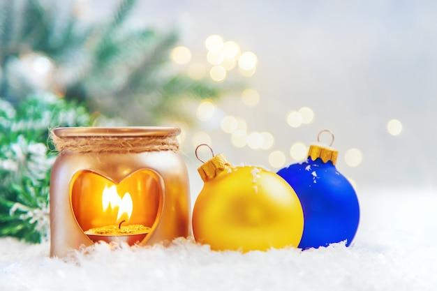Mooie kerst ornamenten met sneeuw