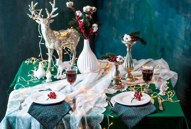 Mooie kerst tabel instelling met decoraties