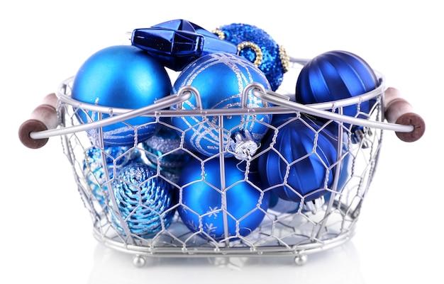 Mooie kerstballen in metalen mand geïsoleerd op wit