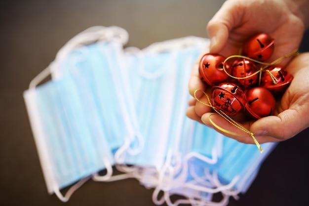 Mooie kerstballen op donkere zwarte achtergrond met medisch masker. coronavirus . nieuwjaar op quarantaine. platliggend ontwerp. ruimte kopiëren. vierkant formaat. indeling.