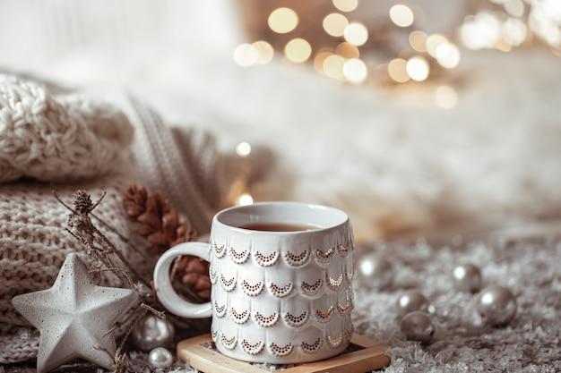Mooie kerstbeker met een warme drank het concept van thuiscomfort en warmte.