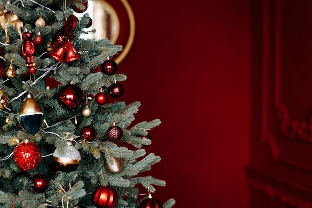 Mooie kerstboom met feestelijk decor