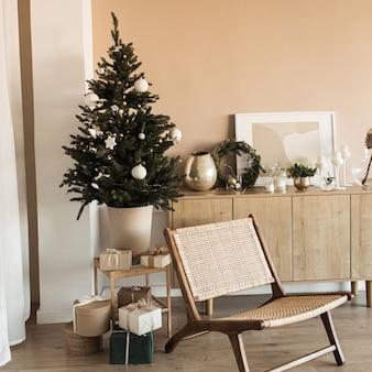 Mooie kerstboom met speelgoed, kerstballen en zelfgemaakte papieren geschenkdozen. woonkamer ingericht voor kerstviering.