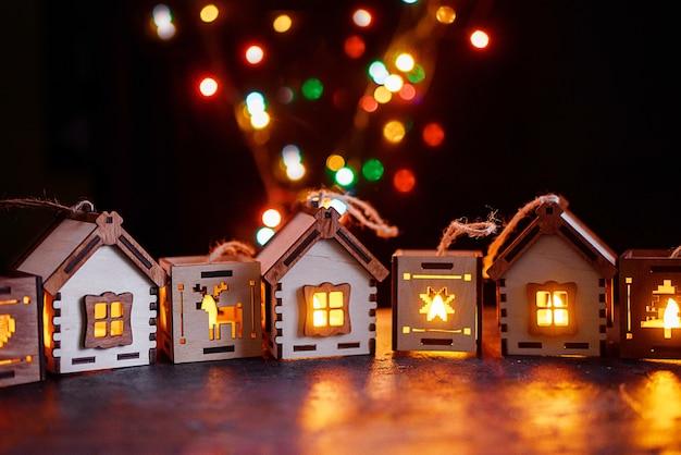 Mooie kerstboomlantaarns en huizen. nieuwjaarszijde, kaars met vuur. eco-souvenirs. vakantie-inhoud.