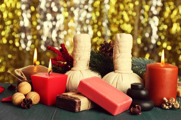 Mooie kerstcadeautjes compositie op groene houten tafel tegen fonkelende achtergrond, close-up