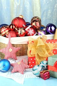 Mooie kerstcompositie met close-up van kerstspeelgoed