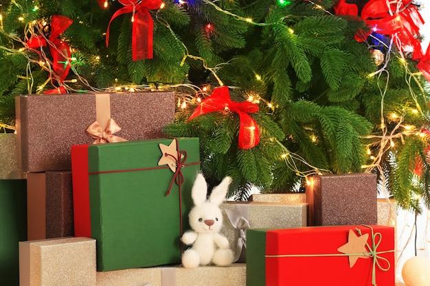 Mooie kerstcompositie met dennenboom en geschenkdozen