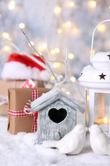 Mooie kerstcompositie met klein vogelhuisje