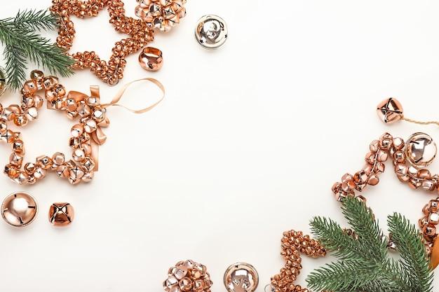 Mooie kerstcompositie op witte achtergrond