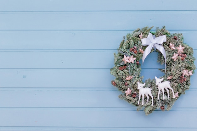 Mooie kerstkrans op de blauwe houten muur