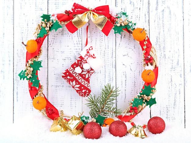 Mooie kerstkrans op houten achtergrond