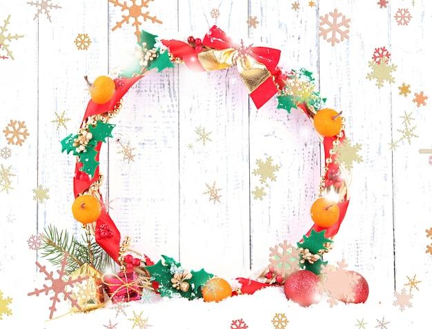 Mooie kerstkrans, op houten achtergrond