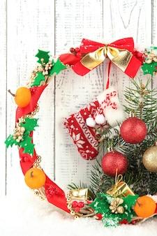 Mooie kerstkrans, op houten tafel