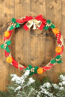 Mooie kerstkrans, op houten wand