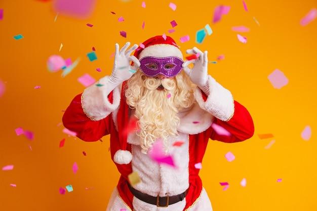 Mooie kerstman gekleed voor carnaval nacht.
