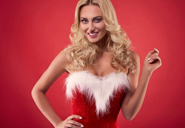 Mooie kerstman op de rode achtergrond