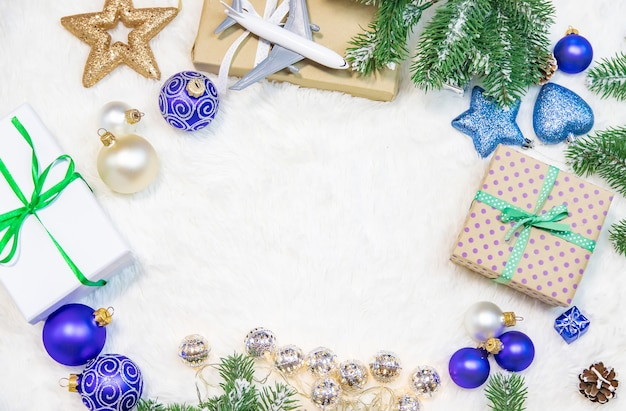Mooie kerstmisachtergrond met vliegtuig, reisconcept. selectieve aandacht. vakantie.
