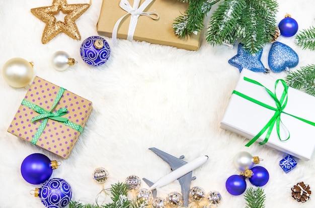 Mooie kerstmisachtergrond met vliegtuig, reisconcept. selectieve aandacht.