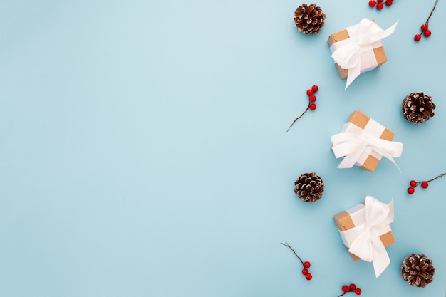 Mooie kerstmissamenstelling op een blauwe achtergrond
