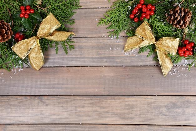 Mooie kerstrand van spar en maretak op houten achtergrond