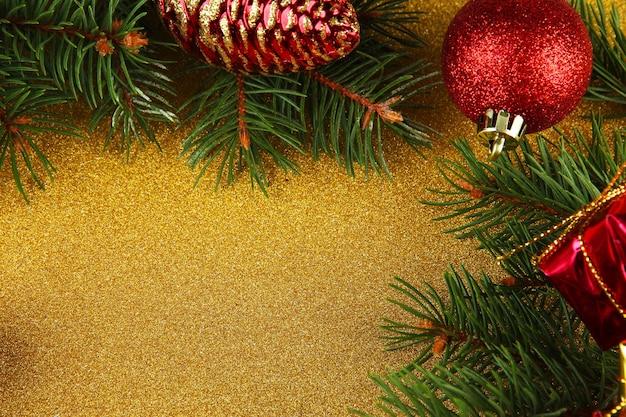 Mooie kerstversiering met dennenboom op lichte achtergrond