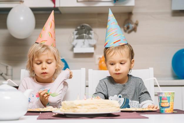 Mooie kinderen en verjaardagstaart