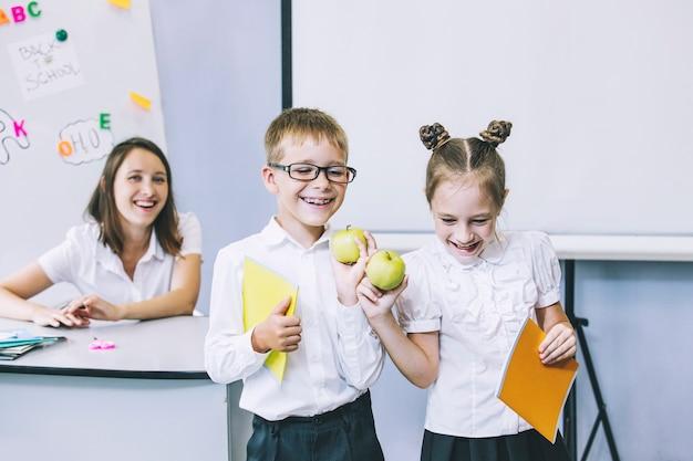 Mooie kinderen zijn leerlingen die samen in een klaslokaal op school onderwijs krijgen bij de leraar