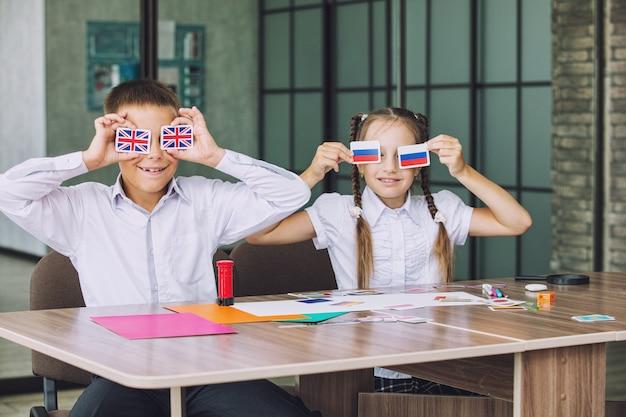 Mooie kinderen zijn studenten samen in een klaslokaal op de school krijgen gelukkig onderwijs