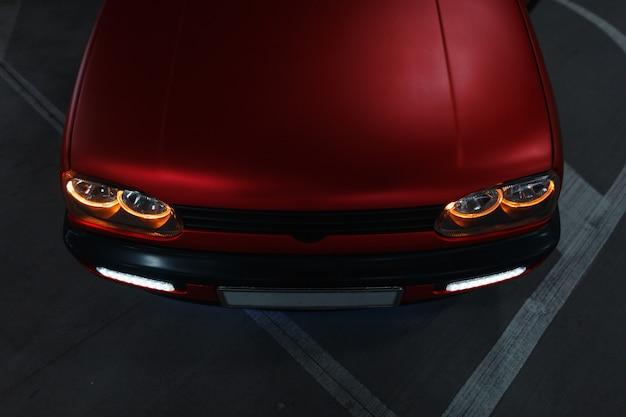 Mooie klassieke tuning auto met koplampen op de parkeerplaats