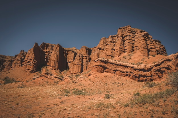 Mooie kleikastelen in de zandwoestijn van de rode canyon konorchek, in kirgizië