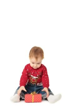 Mooie kleine baby viert kerst met cadeau geïsoleerd