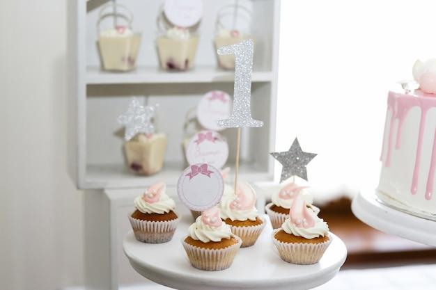 Mooie kleine cupcakes met witte crème geserveerd op witte schotel