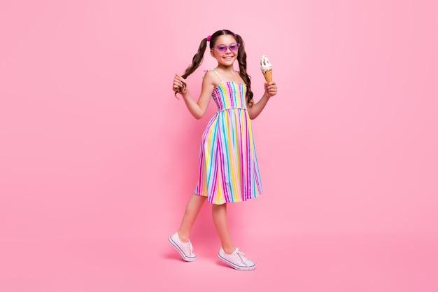 Mooie kleine dame goed humeur houd grote gelato-wandeling?