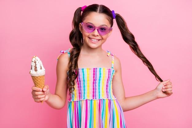Mooie kleine dame houdt grote kegel ijsgelato vast