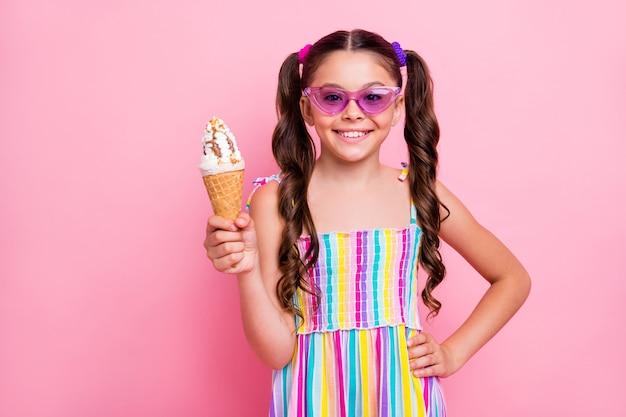 Mooie kleine dame houdt ijs met grote kegel vast