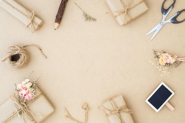 Mooie kleine handgemaakte doe-het-geschenkdoos (pakket)