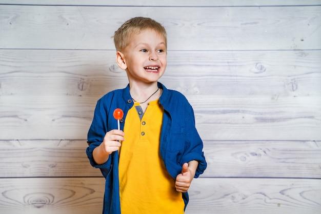 Mooie kleine jongen met een lolly in handen