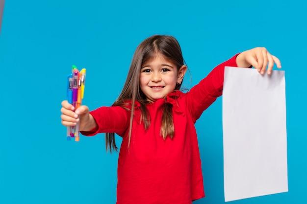 Mooie kleine meisjes gelukkige uitdrukking en een vel papier