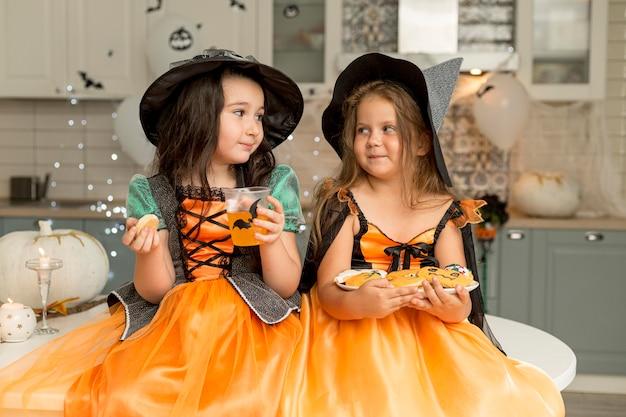 Mooie kleine meisjes in heksenkostuum
