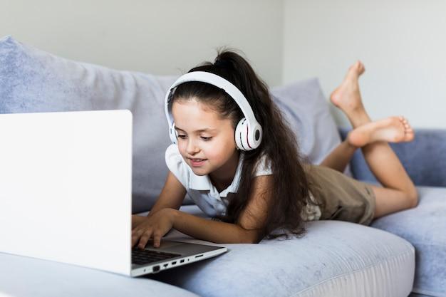 Mooie kleine meisjes met behulp van haar laptop