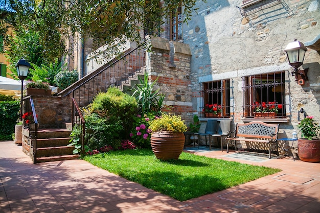 Mooie kleine patio met trap in sirmione, gardameer, italië